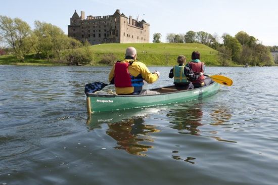 3 people paddling in a small boat on Linlithgow Loch