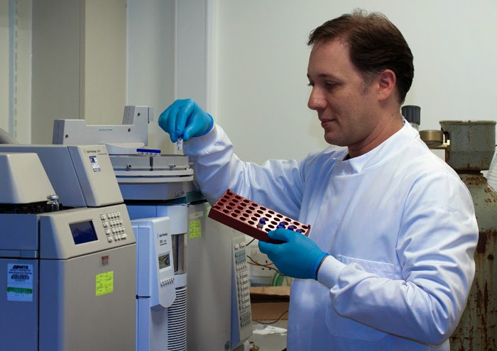 Dr Andrew Singer at work in one of CEH's laboratories. Photo: Heather Lowther