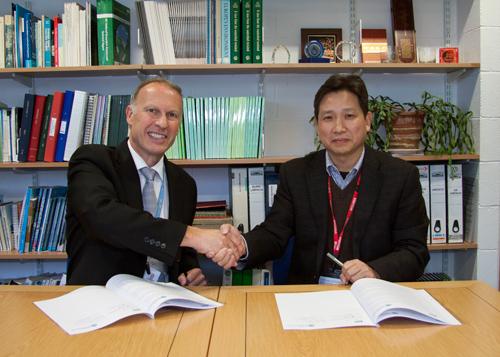 Prof Alan Jenkins, CEH and Prof Zhang Canming, ASEM after signing the Memorandum of Understanding