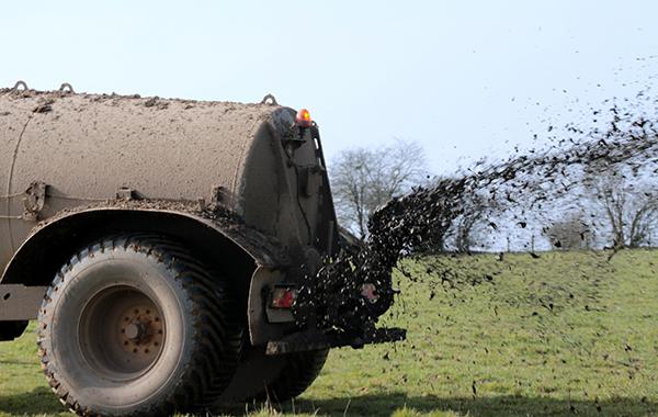 Spraying fertiliser on a field