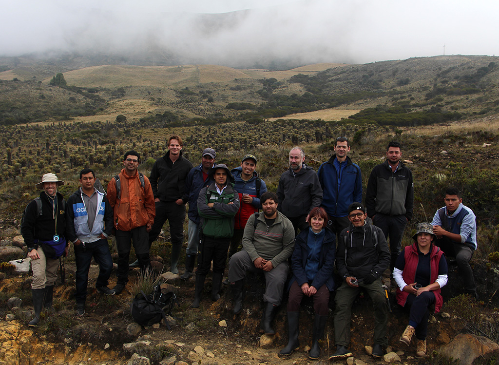 Group of 15 people assembled in a misty paramo